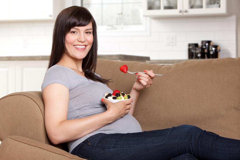 gravida pe canapea