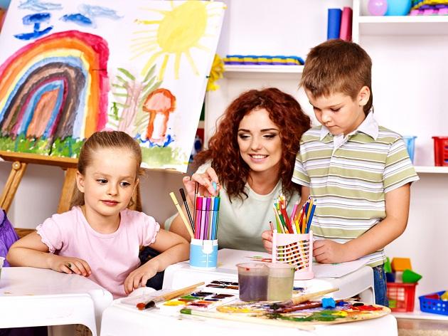 copii care picteaza