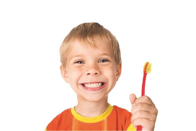 Imagine baietel cu periuta de dinti